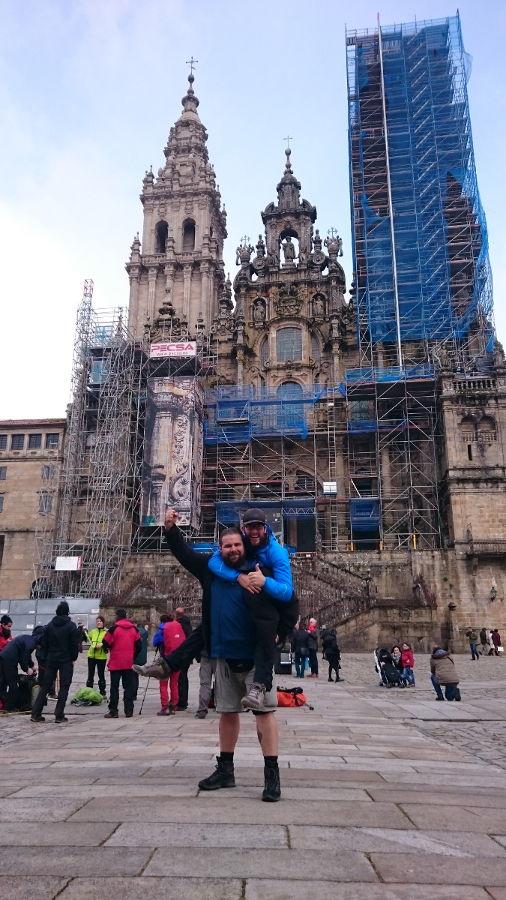 Mit Stefano vor der Kathedrale in Santiago de Compostela nach unserer gemeinsamen Jakobsweg-Reise