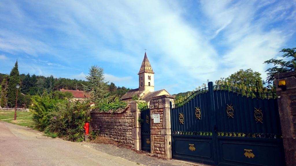 Die Häuser in der Bourgogne haben typischerweise gemusterte Dächer - Jakobsweg-Tagebuch